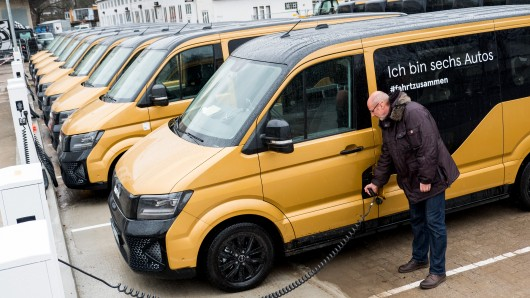 In Hamburg geht der VW-Konzern mit einem elektrischen Sammeltaxi an den Start, das den öffentlichen Nahverkehr ergänzen soll.