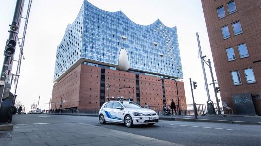 Volkswagen testet mit speziell ausgerüsteten E-Golf vollautomatisiertes Fahren in Hamburg.