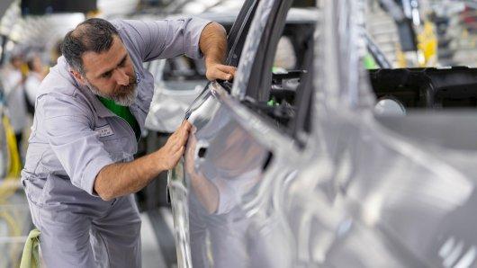 Ein VW-Mitarbeiter baut in Wolfsburg am neuen VW Golf 8. Das Modell wurde im Oktober enthüllt. Fotografen ist es gelungen, auch den VW Golf 8 GTI vor die Kamera zu bekommen.