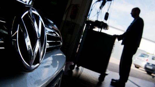 Tausende Kunden ziehen wegen des Dieselskandals gegen VW vor Gericht. Doch nun ist ein Beschluss gefallen, der viele Kunden verärgern dürfte. (Symbolbild)