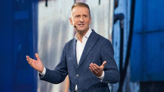 """VW hat mit einem Problem zu kämpfen. Herbert Diess zeigt sich in diesem Zusammenhang offen wie nie und gibt so: """"Es wird immer kritischer"""". (Archivbild)"""