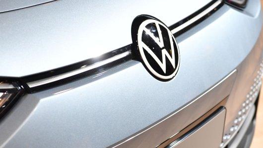 Ein Schnappschuss zeigt einen der ersten Prototypen des VW ID.3 in freier Wildbahn. Und das ausgerechnet neben DIESEM Modell. (Symbolbild)