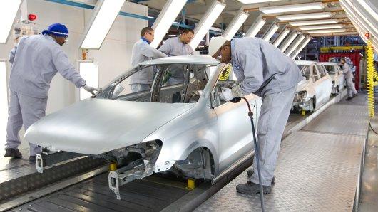 Mitarbeiter im VW-Werk in Wolfsburg: Künftig sollen immer mehr Arbeiten nicht mehr durch den Menschen, sondern mittels modernster Technologie erledigt werden. (Archivfoto)