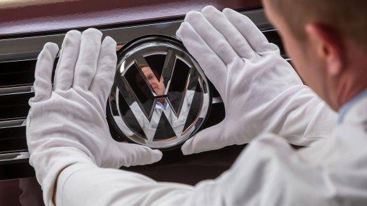 VW setzt auf einen harten Sparkurs, um alle Ressourcen für die Elektro-Offensive zu bündeln – das trifft jetzt auch die Mitarbeiter. (Archivbild)