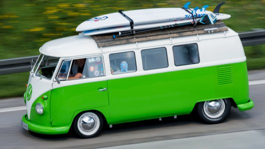 Vor 70 Jahren produzierte Volkswagen die ersten Exemplare des kastenförmigen Modells, das manche in einer Liga mit dem legendären Käfer sehen. Und im Gegensatz zu diesem wird der VW-Bus bald wieder runderneuert.