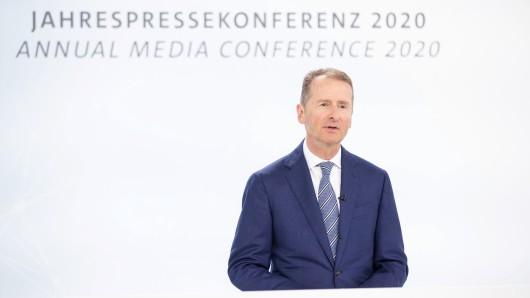 VW-Chef Herbert Diess stellt die Konzernzahlen vor. Er selbst kann sich auch über ein nettes Gehalt freuen.