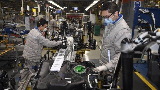 VW fährt die Produktion in allen Werken in Deutschland runter. Doch statt nichts zu tun, spendet der Konzern jetzt fast 200.000 Atemschutzmasken. (Symbolbild)