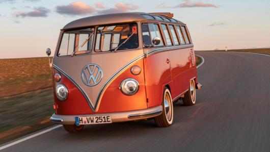 VW bringt den Bulli als E-Bulli auf den Markt.
