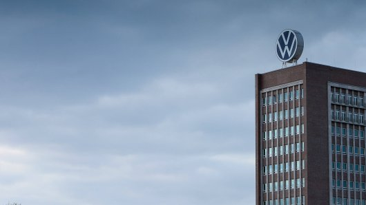 Dunkle Wolken über dem VW-Hauptsitz in Wolfsburg. (Symbolbild)