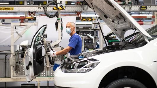 VW hat gerade erst die Produktion wieder hochgefahren, da gibt es schon die nächste schechte Nachricht. (Archivbild)
