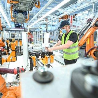 Finale Einstellungsarbeiten an neuen Robotern in der Montage – hier werden künftig T 6.1 Modelle und der neue Multivan gefertigt.