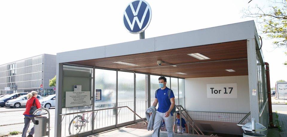 Im VW-Werk in Wolfsburg gelten für Mitarbeiter besondere Corona-Maßnahmen. (Archivfoto)