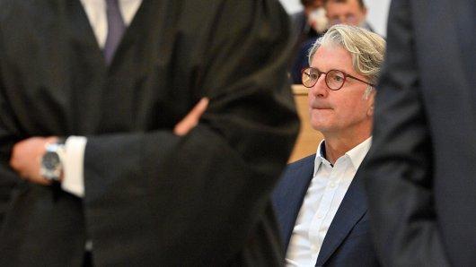 Rupert Stadler hat sich verändert: Die Haare sind länger geworden, das Gesicht ein bisschen weicher. Er trägt einen blauen Anzug und ein weißes Hemd, aber keine Krawatte.