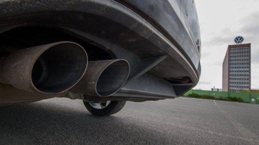 VW wehrt sich gegen teils aggressive Werbung von Anwälten, die betrogenen Kunden im Abgasskandal vermeintlich helfen wollen. Aus VW-Sicht wollen die Juristen nur abkassieren! (Symbolbild)