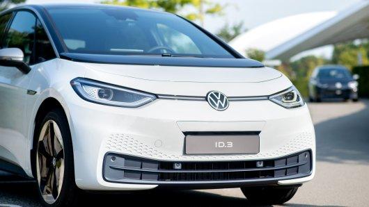 VW schickt den ID.3 in einem neuen Werbeclip gegen einen Golf 8 GTI ins Rennen. Doch ein Detail sorgt bei den Fans für Lacher. (Symbolbild)