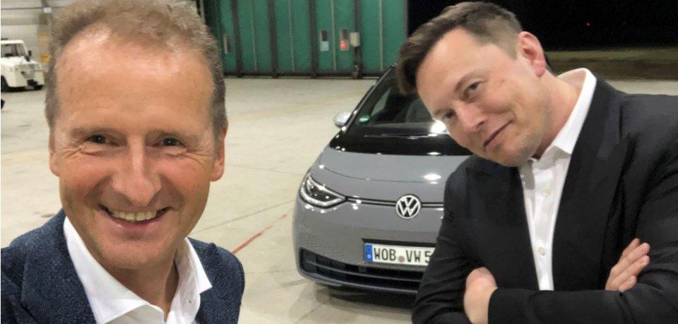 VW-Chef Herbert Diess (links) bewundert Konkurrent Tesla. Einem Bericht zufolge wollte dessen Chef Elon Musk (rechts) Diess gern mit ins Boot holen. (Archivbild)