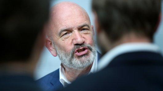 VW-Betriebsratschef Bernd Osterloh weht die Friedensflagge. Er hofft, dass im kommenden Jahr wieder mehr Ruhe im Volkswagen Konzern herrscht... (Archivbild)