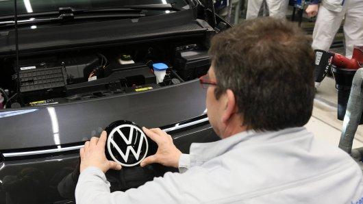 VW denkt über eine Veränderung nach. Sie könnte alle Mitarbeiter betreffen. (Symbolbild)