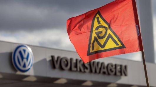 VW muss sich auf Warnstreiks einstellen. Das hat die IG Metall angekündigt. (Symbolbild)