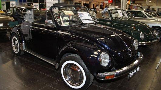 Ein schwarzer VW Käfer  soll einst in einem bekannten Musikvideo zum Einsatz gekommen sein. Jetzt kannst du das Cabrio kaufen! (Symbolbild)