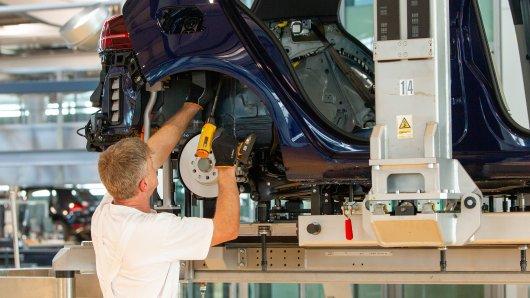 Bei VW in Wolfsburg laufen die Bänder wieder an. Eine Volkswagen-Tochter hat indes mit Chipmangel zu kämpfen. (Symbolbild)