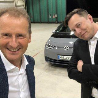 VW-Chef Herbert Diess (links) und Konkurrent Elon Musk von Tesla. (Archivbild)