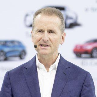 VW-Boss Herbert Diess hat die Führungsriege in einer internen Sitzung auf den Konkurrenzkampf mit Tesla eingeschworen. (Archivbild)