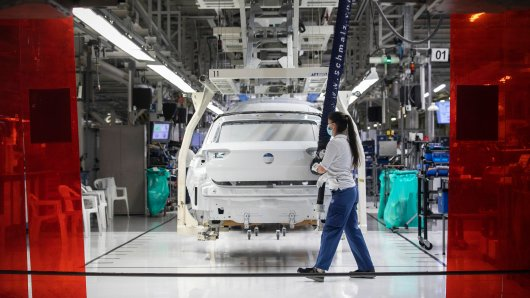 Einige VW-Mitarbeiter müssen sich künftig umstellen. Der Konzern will seine Baureihen umbauen. (Symbolbild)