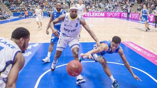 Zweikampf um den Ball zwischen DeAndre Lansdowne (Loewen Braunschweig, 8) und Trae Bell-Haynes (Fraport Skyliners, 2).