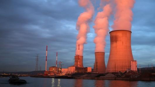 Dampf steigt aus dem Atomkraftwerk Tihange.