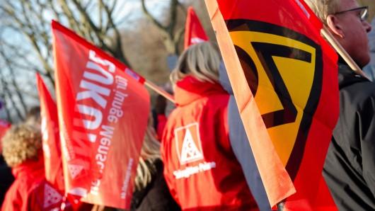 Mitglieder der IG Metall demonstrieren.