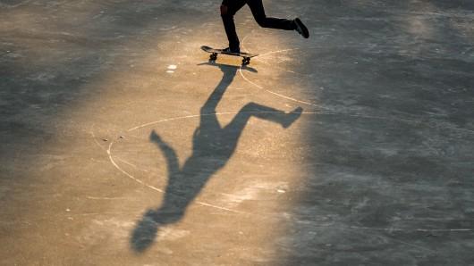 Der Junge war mit seinem Skateboard unterwegs. (Symbolbild)
