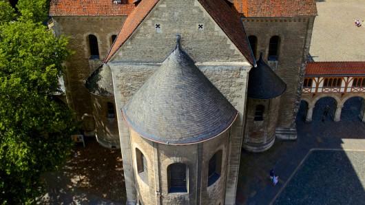 Ein Bischof kommt in den Braunschweiger Dom (Archivbild).