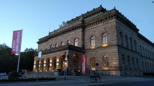 Ein abgstorbener Baum am Staatstheater Braunschweig soll gefällt werden (Archivbild).