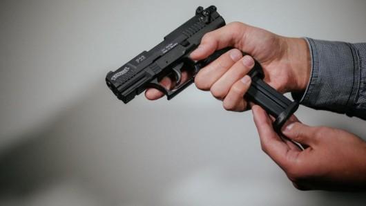 Die Polizei fand bei dem Mann eine Schreckschusswaffe und ein Messer (Symbolbild).