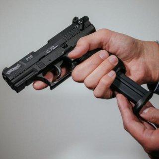 Ein Mann soll in Salzgitter zwei Teenager mit einer Waffe bedroht haben. (Symbolbild)