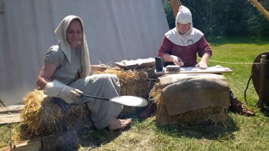 Alexandra Bode und Thomas Rösler (Ulf der Bäcker) sind für das Brot zuständig – bei 27 Grad kein leichter Job.