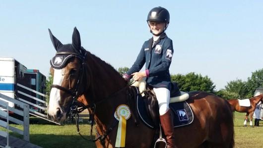 Madlen Boy sitzt stolz auf ihrem Pferd Samy.