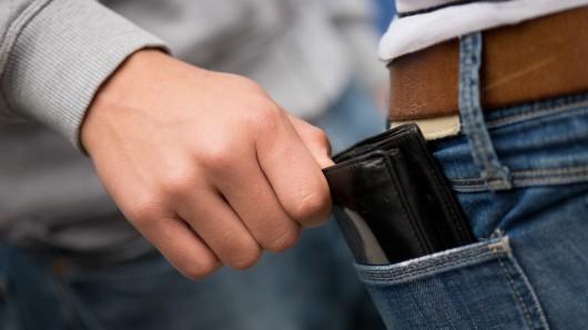 Dem Opfer wurde die Geldbörse aus der Hosentasche geklaut (Symbolbild).