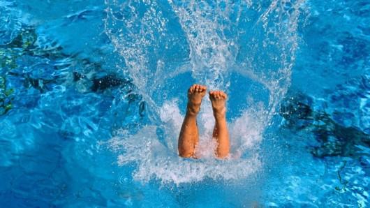 Wer kann, sollte sich heute eine Runde Schwimmen gönnen.