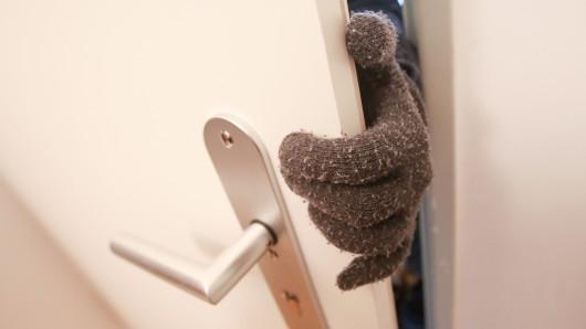 Ein Einbrecher versuchte in Wenden Handys zu klauen, während die Bewohner frühstückten. (Symbolbild)