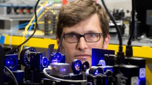 Weiß immer, wie spät es ist: Christian Lisdat beobachtet einen Teil einer optischen Uhr in einem PTB-Labor in Braunschweig.