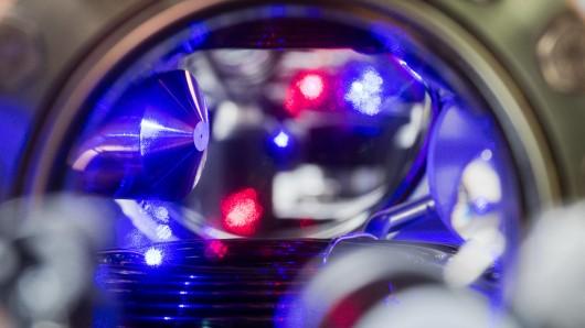 In einem Teil einer optischen Uhr ist eine blauleuchtende Wolke Strontium-Atome zu sehen.