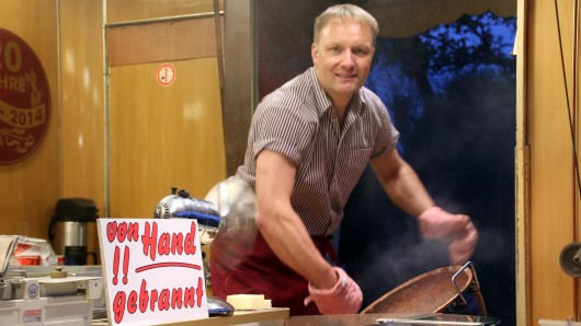 Markus Meier in seinem Element. Zu Hause in Thune bereitet er sich auf den Weihnachtsmarkt vor.