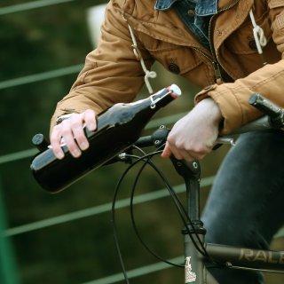 Ein Radfahrer aus Velpke hatte gut getankt. Die Polizei Wolfsburg hat ihn dabei erwischt. (Symbolbild)