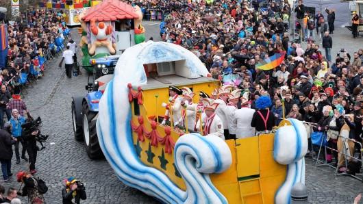 Menschenmasse auf dem Altstadtmarkt während des Schoduvel.