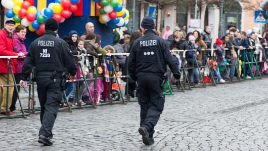 Polizisten sichern den Schoduvel 2017 ab.