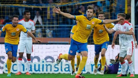 Braunschweigs Ken Reichel (Mitte) jubelt nach seinem Tor zum 2:0 im Hinspiel. Das Spiel endete 2:1.