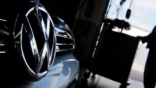 Das Emblem von Volkswagen an einem Auto.
