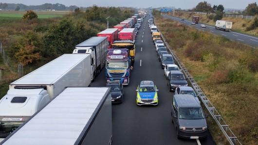 Auf der A2 staut es sich nach einem Unfall zwischen Watenbüttel und BS-Hafen. (Archivbild)
